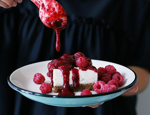 NO-BAKE VEGAN RASPBERRY CHEESECAKE