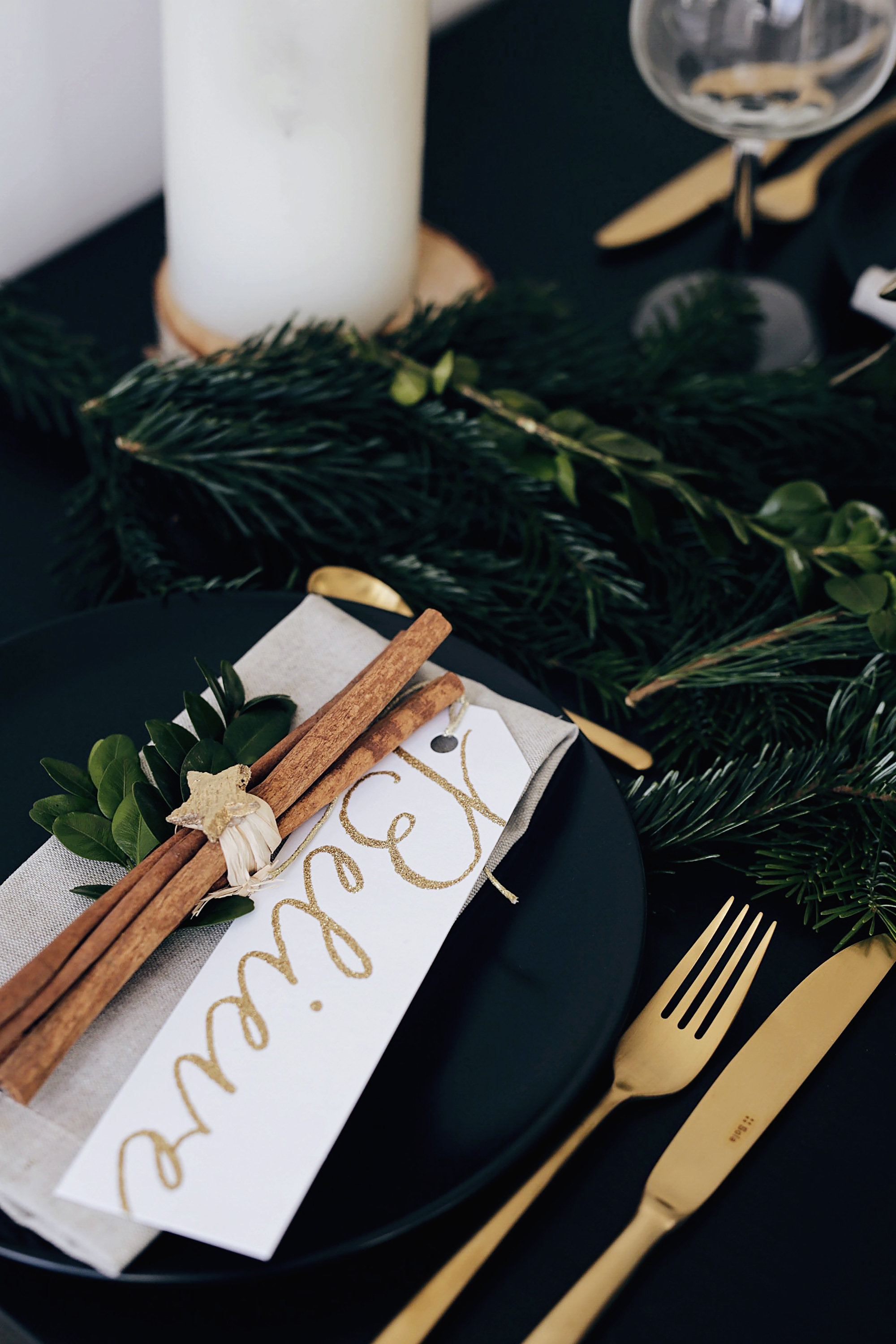 christmas-table-setting-with-golden-elements-1