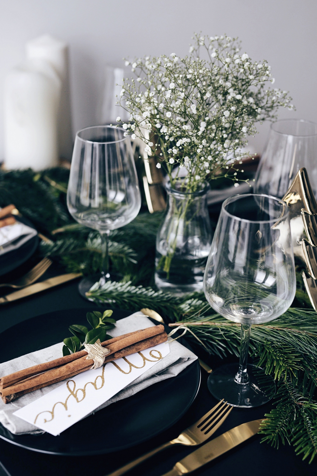 christmas-table-setting-with-golden-elements-2