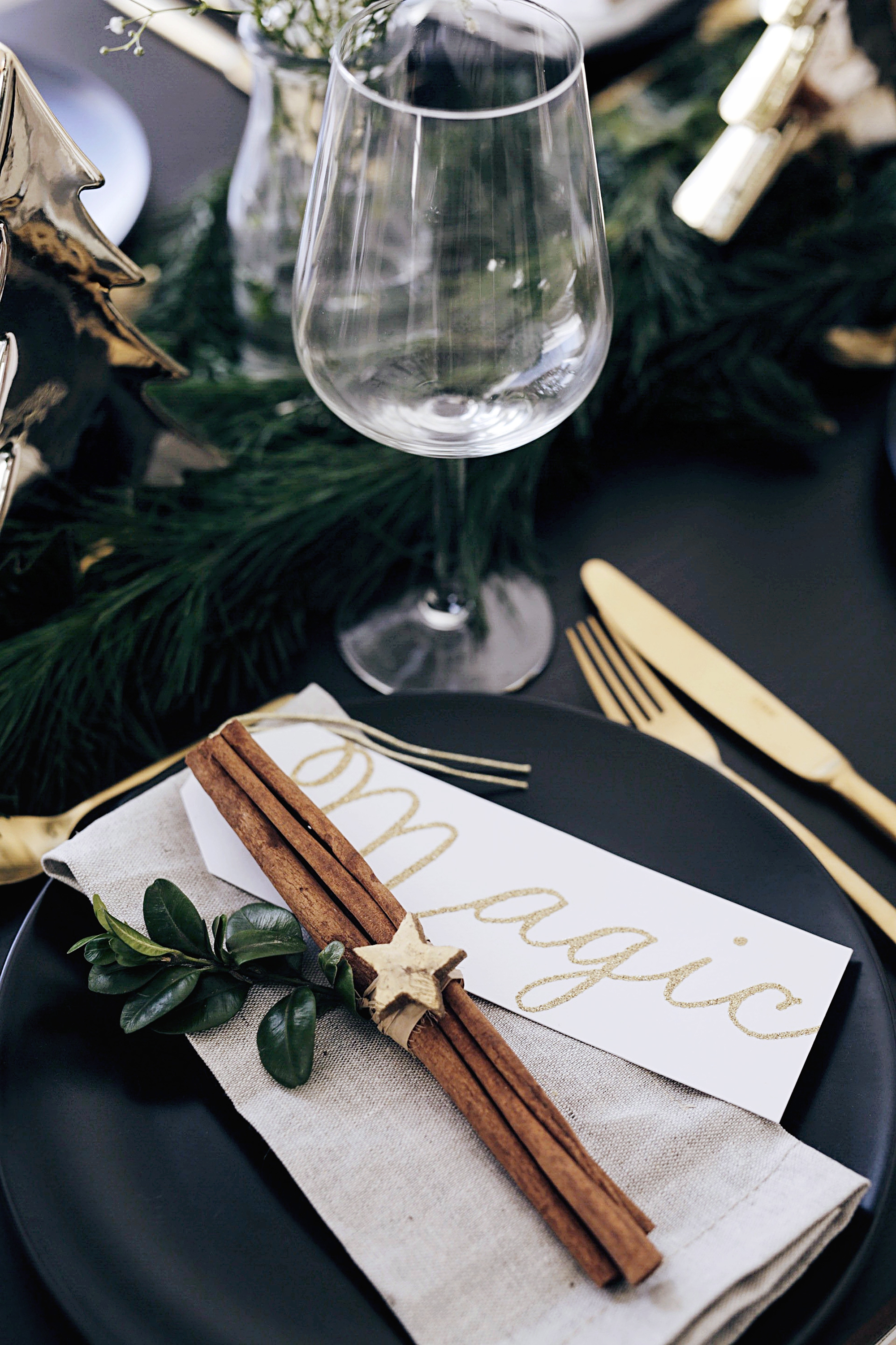 christmas-table-setting-with-golden-elements-6