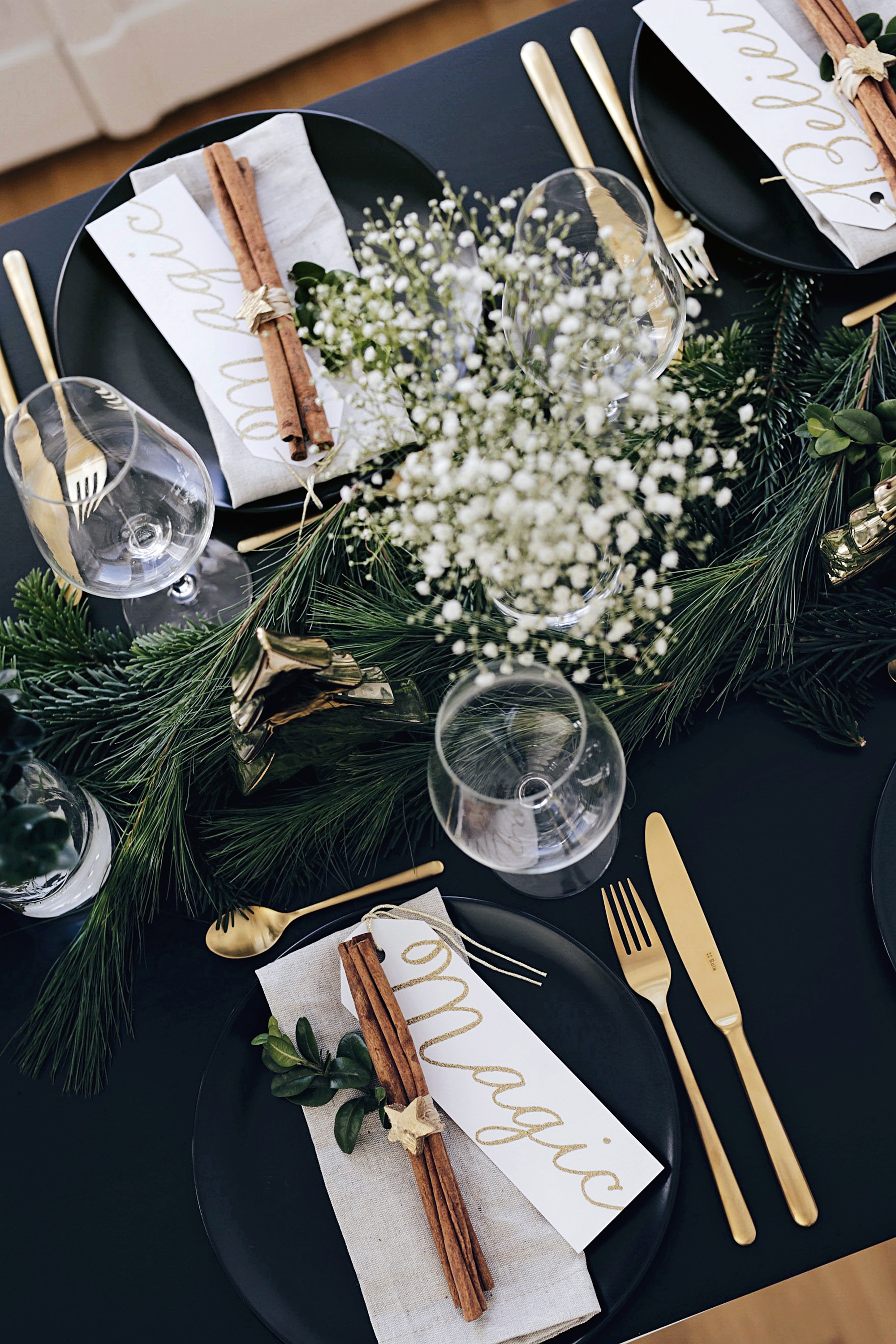 christmas-table-setting-with-golden-elements-7