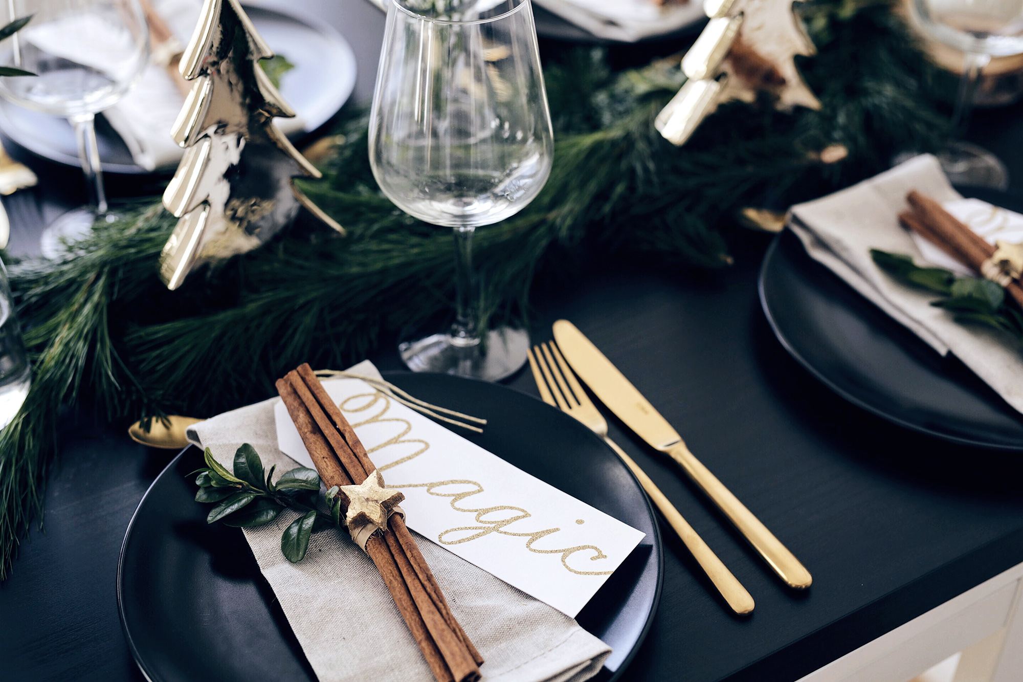 christmas-table-setting-with-golden-elements-9