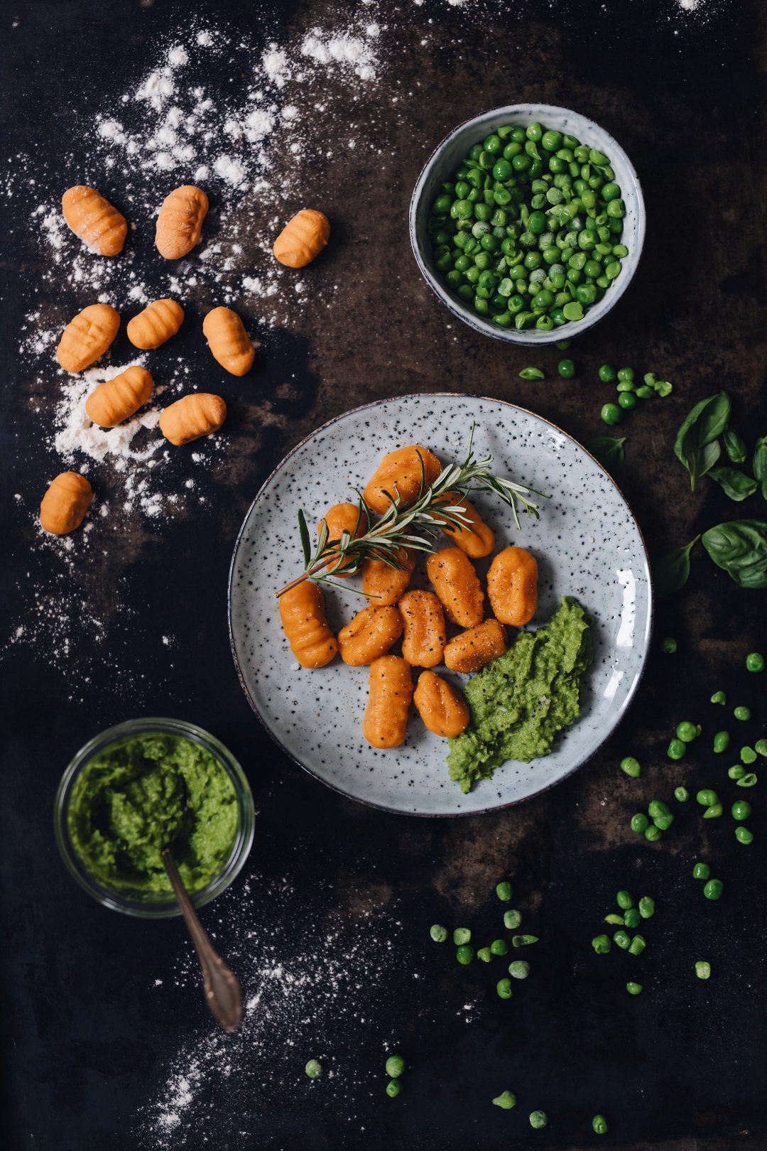 Selbstgemachte vegane Süßkartoffel Gnocchi Erbsen-Basilikum-Pesto